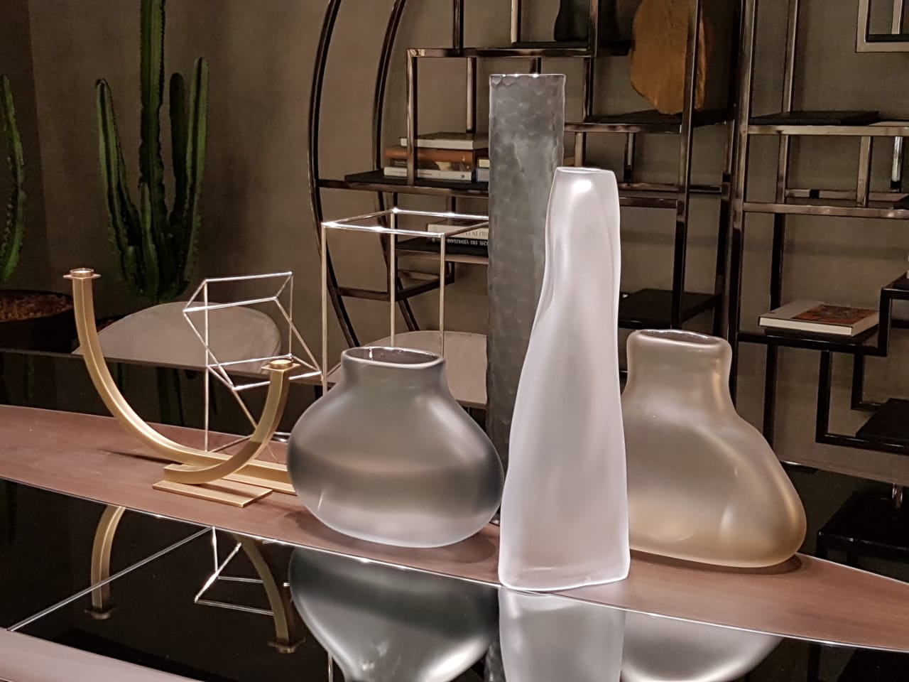 Objetos decorativos de Gianfranco Ferre en el salón de Milán
