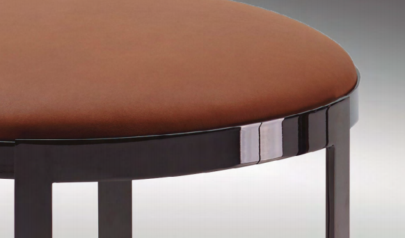 ANYA OTTOMAN Banco con estructura de acero con latón pulido, en acabados gris metal o gris bronceado. Asiento de madera acolchada con poliuretano y fibra de relleno. Tapizado en tela o piel.